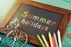 Vacaciones de verano - escritas con los creyones en la pizarra Imagenes de archivo