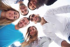 Vacaciones de verano, gente feliz - grupo de adolescentes que miran abajo con una sonrisa feliz en su cara Fotos de archivo libres de regalías