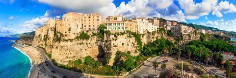 Vacaciones de verano italianas - ciudad hermosa de Tropea Imágenes de archivo libres de regalías