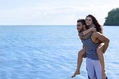 Vacaciones de verano de la playa de los pares, hombre de Carry Woman Beautiful Young Happy del hombre y sonrisa de la mujer Fotos de archivo