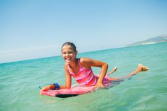 Vacaciones de verano - muchacha de la persona que practica surf. Foto de archivo libre de regalías