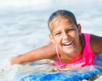 Vacaciones de verano - muchacha de la persona que practica surf. Fotografía de archivo libre de regalías