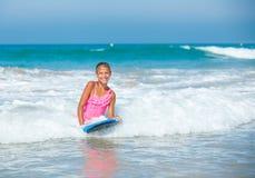 Vacaciones de verano - muchacha de la persona que practica surf. Imagen de archivo