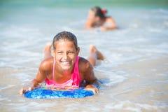 Vacaciones de verano - muchacha de la persona que practica surf. Imagenes de archivo