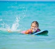 Vacaciones de verano - muchacha de la persona que practica surf. Fotografía de archivo