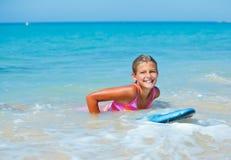Vacaciones de verano - muchacha de la persona que practica surf. Fotos de archivo