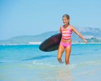 Vacaciones de verano - muchacha de la persona que practica surf. Fotos de archivo libres de regalías