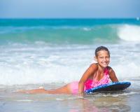 Vacaciones de verano - muchacha de la persona que practica surf. Imagen de archivo libre de regalías