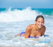 Vacaciones de verano - muchacha de la persona que practica surf. Imágenes de archivo libres de regalías