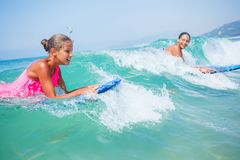 Vacaciones de verano - muchachas de la persona que practica surf. Imagenes de archivo