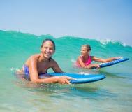 Vacaciones de verano - muchachas de la persona que practica surf. Imagen de archivo