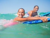 Vacaciones de verano - muchachas de la persona que practica surf. Fotografía de archivo libre de regalías