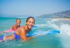 Vacaciones de verano - muchachas de la persona que practica surf. Imágenes de archivo libres de regalías