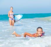 Vacaciones de verano - muchachas de la persona que practica surf. Fotos de archivo libres de regalías
