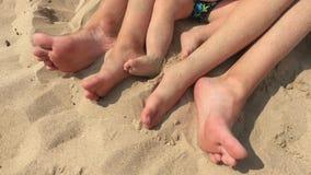 Vacaciones de verano, pies felices en la playa Pies de primer de la relajación en la playa en día de verano soleado almacen de metraje de vídeo