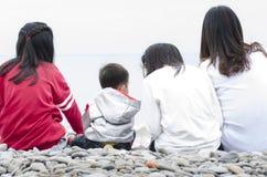 Vacaciones de verano que miran el mar Foto de archivo libre de regalías