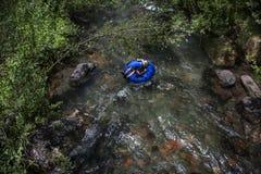 Vacaciones de verano, tubos del muchacho en el telururo del río, Colorado Fotografía de archivo libre de regalías