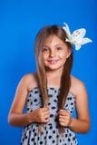 Vacaciones de verano y concepto del viaje Chica joven linda con una flor Fotografía de archivo libre de regalías