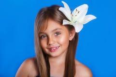 Vacaciones de verano y concepto del viaje Chica joven linda con una flor Imagen de archivo libre de regalías