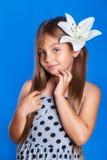 Vacaciones de verano y concepto del viaje Chica joven linda con una flor Fotos de archivo