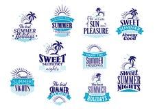 Vacaciones de verano y emblemas de las vacaciones en azul Imagen de archivo