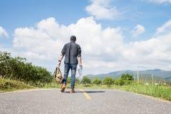 Vacaciones de verano y forma de vida que caminan concepto del viaje de Advanture Fotos de archivo