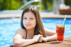 Vacaciones de verano y vacaciones - muchacha que toma el sol en la piscina Fotografía de archivo libre de regalías