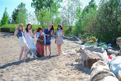 Vacaciones de verano y vacaciones - grupo de muchachas del inconformista que se relajan en la playa fotos de archivo libres de regalías