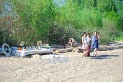 Vacaciones de verano y vacaciones - grupo de muchachas que se relajan en la playa imagenes de archivo