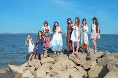 Vacaciones de verano y vacaciones - muchachas con las bebidas cerca del mar Foto de archivo libre de regalías