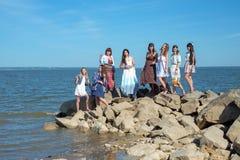 Vacaciones de verano y vacaciones - muchachas con las bebidas en la playa Fotografía de archivo