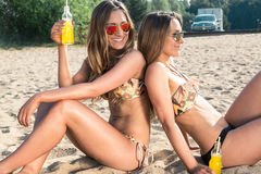Vacaciones de verano y vacaciones, muchachas en bikinis Imagenes de archivo