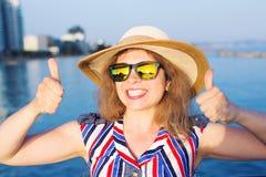 Vacaciones de verano y vacaciones - mujer joven que muestra los pulgares para arriba en la playa Imágenes de archivo libres de regalías