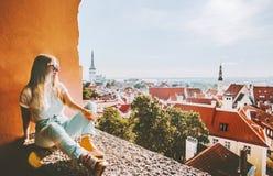 Vacaciones de visita turístico de excursión de las señales de la ciudad de Tallinn de la mujer fotografía de archivo