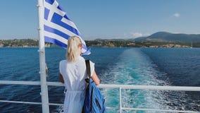Vacaciones del barco de cruceros en Grecia Mujer joven que sale de la isla griega en el barco de la travesía en el mar Viaje romá almacen de video