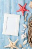 Vacaciones del mar con el marco en blanco de la foto, los pescados de la estrella y la cuerda marina Imagenes de archivo