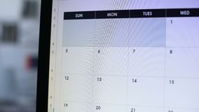 Vacaciones del planeamiento de la persona, haciendo la nota en calendario en línea en la PC, viaje del día de fiesta metrajes