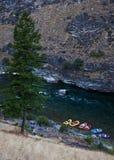 Vacaciones el transportar en balsa de río en las montañas salvajes Foto de archivo