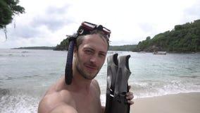 Vacaciones en Asia Hombre que toma el selfie con las aletas almacen de metraje de vídeo