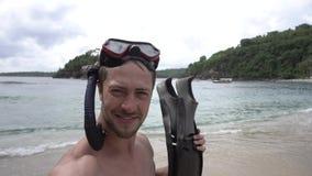 Vacaciones en Asia Hombre que toma el selfie con las aletas que llevan una máscara del salto en la playa metrajes