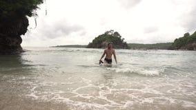 Vacaciones en Asia Sirva la salida del mar con las aletas que llevan una máscara del salto almacen de metraje de vídeo
