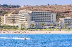 Vacaciones en el mar El centro turístico de Faliraki Isla de Rodas Grecia Fotos de archivo libres de regalías