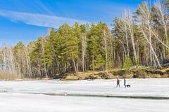Vacaciones en el río de la primavera Siberia, Rusia Imagenes de archivo