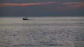 Vacaciones en fondo escénico de Tailandia, Asia de la nave tailandesa del barco por la tarde después de la puesta del sol en el m almacen de video