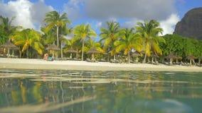 Vacaciones en la playa del centro turístico tropical metrajes