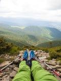 Vacaciones en las montañas con caminar los palillos Imágenes de archivo libres de regalías