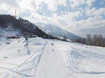 Vacaciones en las montañas nevosas, Sochi del esquí Foto de archivo