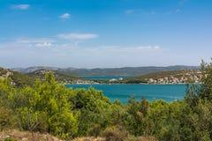 Vacaciones europeas O del destino del paisaje de Tisno que navegan Croacia imagenes de archivo