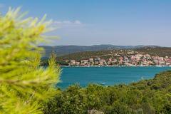 Vacaciones europeas O del destino del paisaje de Tisno que navegan Croacia fotos de archivo