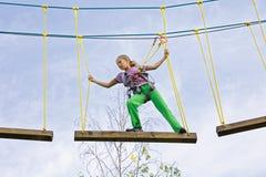 Vacaciones extremas en un parque de la cuerda Imagen de archivo libre de regalías